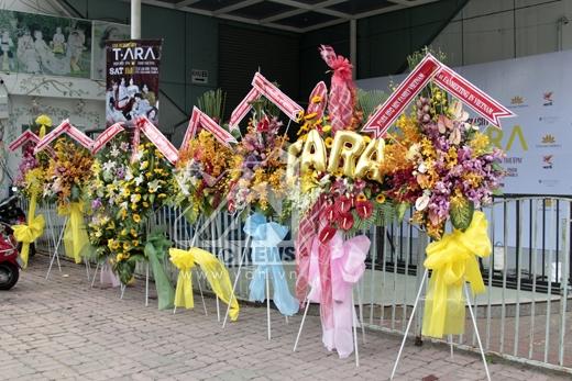 Những lẵng hoa fans Việt lẫn fans quốc tế dành tặng choT-ara.