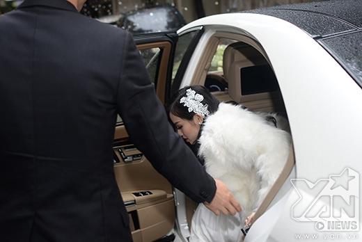 Chú rể Ngọc Thành mở cửa xe cho cô dâu Tâm Tít. - Tin sao Viet - Tin tuc sao Viet - Scandal sao Viet - Tin tuc cua Sao - Tin cua Sao