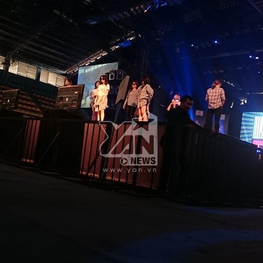 Hàng trăm fans reo hò khi T-ara giản dị đến buổi tổng duyệt