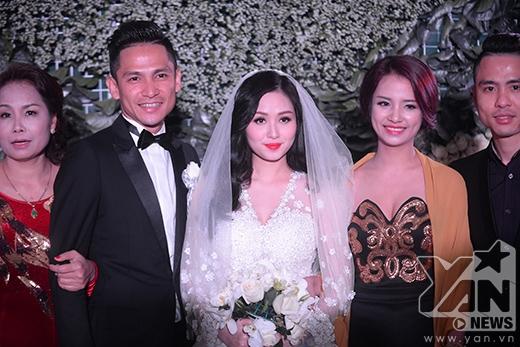 Hai vợ chồng chụp hình cùng người thân gia đình. - Tin sao Viet - Tin tuc sao Viet - Scandal sao Viet - Tin tuc cua Sao - Tin cua Sao