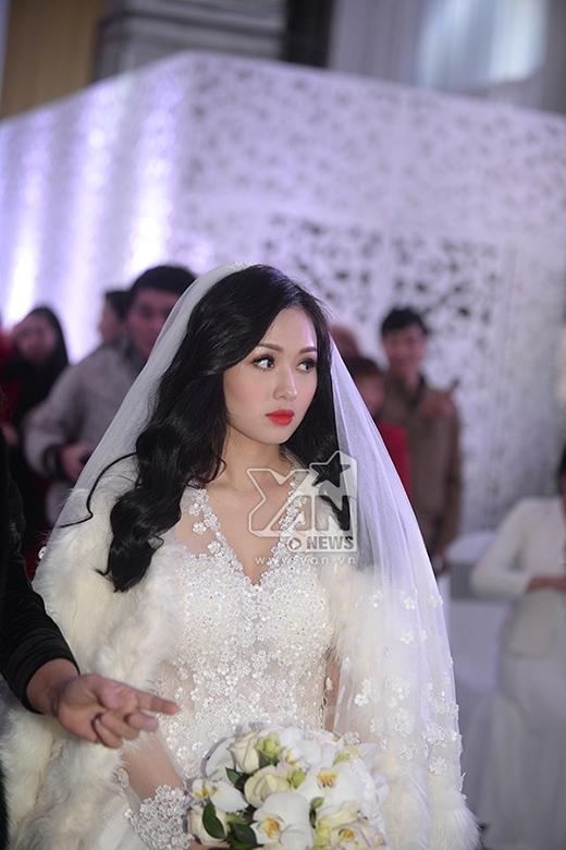 Bộ váy được thiết kế cầu kỳ với hơn 6.000 bông hoa ren, hơn 3.000 viên pha lê cao cấp. - Tin sao Viet - Tin tuc sao Viet - Scandal sao Viet - Tin tuc cua Sao - Tin cua Sao