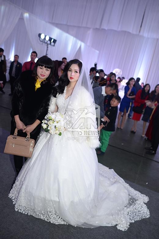 Khoảng 17h45, cô dâu Tâm Tít đã thay bộ váy cưới thứ hai lộng lẫy. - Tin sao Viet - Tin tuc sao Viet - Scandal sao Viet - Tin tuc cua Sao - Tin cua Sao