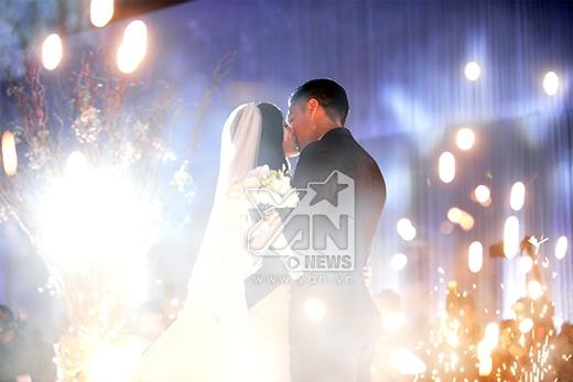 Hai vợ chồng ôm hôn nhau đầy tình cảm. - Tin sao Viet - Tin tuc sao Viet - Scandal sao Viet - Tin tuc cua Sao - Tin cua Sao