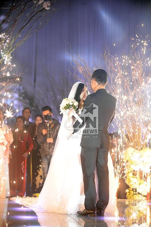 Vợ chồng Tâm Tít ôm hôn nhau tình cảm trên sân khấu - Tin sao Viet - Tin tuc sao Viet - Scandal sao Viet - Tin tuc cua Sao - Tin cua Sao