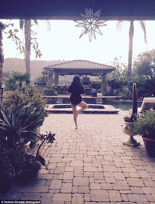 Selena Gomez khoe ảnh mặc đồ lót tập Yoga