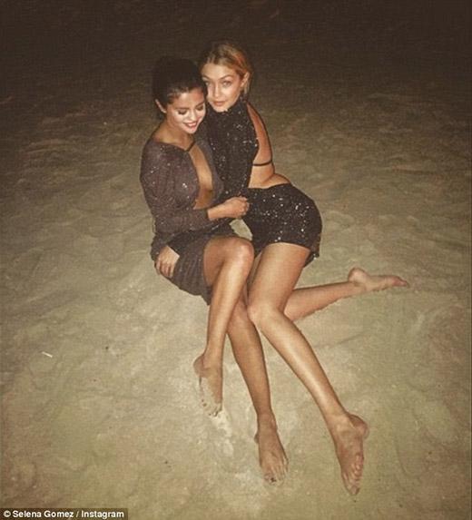 Selena nghỉ ngơi tại Dubai cùng bạn bè