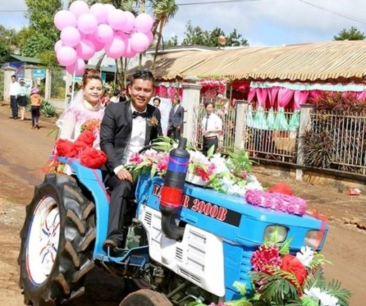 Chàng trai 9X tên Công Thắng - Quản lý nhà hàng tại Đắc Lắk - quyết dẫn xe công nông của gia đình đến đón dâu.