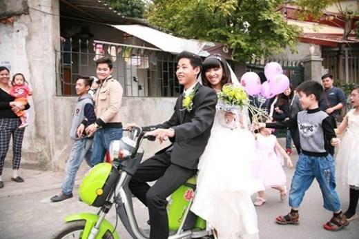 Chú rể Nguyễn Thanh Tùng chở cô dâu bằng xe đạp điện ở Hà Nội.