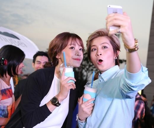 Cả hai vui vẻ chụp ảnh cùng nhau. Thỉnh thoảng lại còn selfie với những biểu cảm hết sức đáng yêu. - Tin sao Viet - Tin tuc sao Viet - Scandal sao Viet - Tin tuc cua Sao - Tin cua Sao