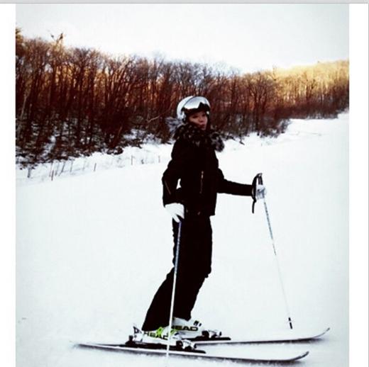Hyoyeon vui vẻ trượt tuyết