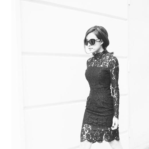 Hoàng Thùy Linh diện váy ren đen ôm sát giúp cô khéo léo khoe được đôi chân dài thẳng tắp. Hoàng Thùy Linh là một trong những sao có gu ăn mặc đơn giản nhưng vẫn đẹp và khá chất.