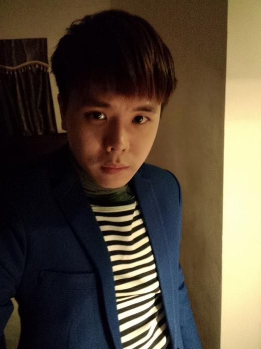 Trịnh Thăng Bình đi diễn nhưng quên không mang đồ tẩy trang chỉ đem đồ makeup chính vì vậy anh chàng này quyết định để mặt mộc lên sân khấu. Dù là mặt mộc nhưng Trịnh Thăng Bình vẫn đẹp trai đúng không nào?