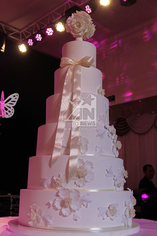 Không gian sảnh cưới được hai vợ chồng trang hoàng lộng lẫy với gam màu chủ đạo là màu trắng với những cánh bướm. - Tin sao Viet - Tin tuc sao Viet - Scandal sao Viet - Tin tuc cua Sao - Tin cua Sao