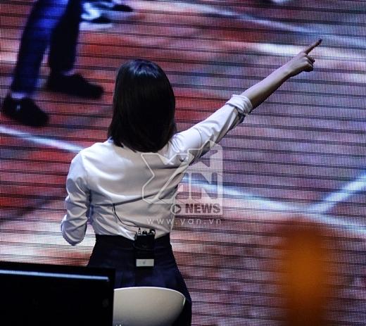 Eun Jung thích thú khi xem một clip ngắn do các Queen's Việt tự tay thực hiện.