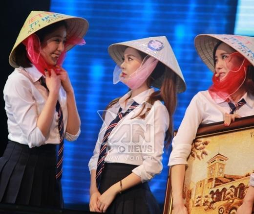 Trong lúc Eun Jung đang hớn hở khoe chiếc nón với Qri thì Hyomin lại rất tâm trạng   Hyomin đút gạo cho Qri ăn.
