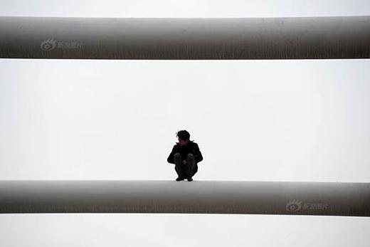 Mẹ quỳ gối khóc lóc cầu xin con trai đừng nhảy cầu tự tử