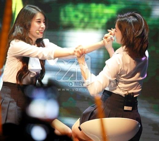 Cả hai cô gái cười tít mắt sau màn chơi đập tay dưới sự hò reo thích thú của khán giả.