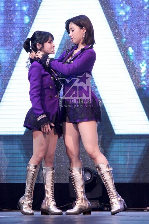 Boram đang làm 'nũng' với Eun Jung thì phải?