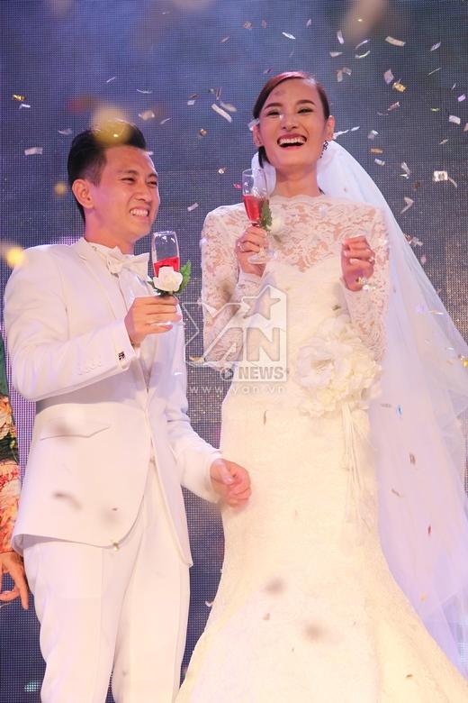 Lê Thúy chỉnh áo và hôn chồng thắm thiết trước lễ cưới - Tin sao Viet - Tin tuc sao Viet - Scandal sao Viet - Tin tuc cua Sao - Tin cua Sao