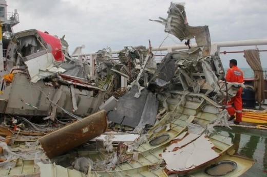 Mảnh vỡ của máy bay AirAsia gặp nạn trên tàu cứu hộ. Ảnh: Strait Times