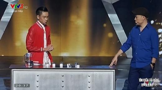 Thí sinh Tấn Phát giới thiệu về phần trình diễn ảo thuật của mình với sự hỗ trợ của giám khảo Huy Tuấn.