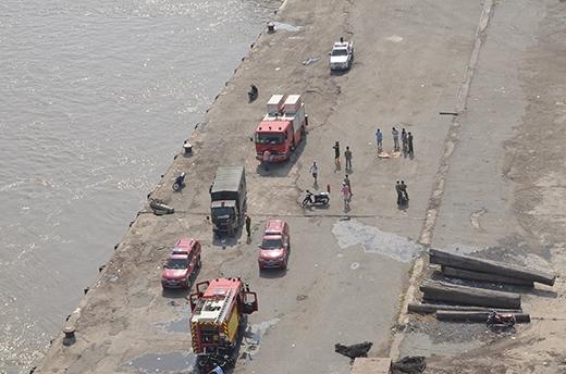 Nhiều xe cứu hỏa được điều động đến dập lửa. Ảnh: Đặng Thanh.