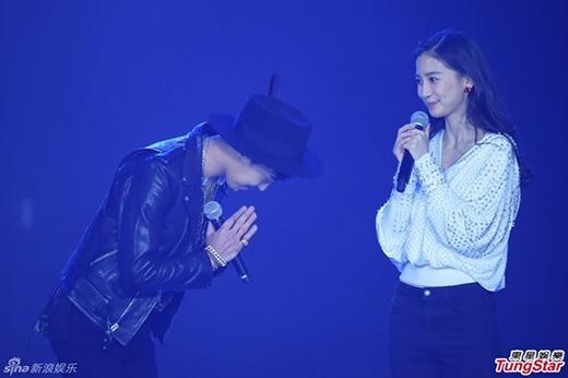 Angelababy e thẹn khi được G-Dragon ôm
