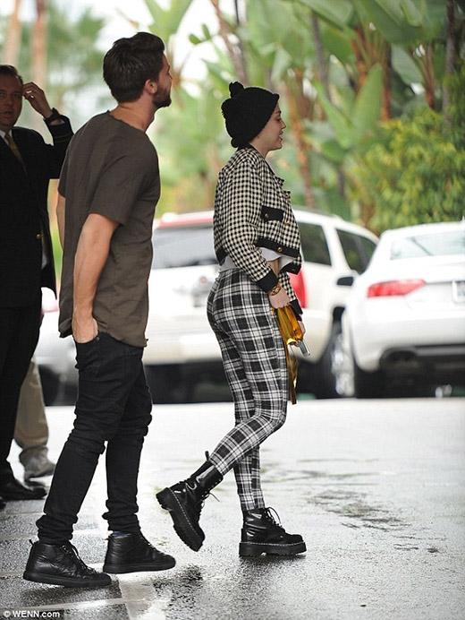 Miley Cyrus không thể ngừng mỉm cười khi cùng bạn trai vào khách sạn