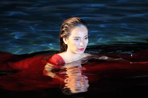 Ái Phương bị cảm lạnh vì ngâm mình 4 tiếng trong bể bơi - Tin sao Viet - Tin tuc sao Viet - Scandal sao Viet - Tin tuc cua Sao - Tin cua Sao