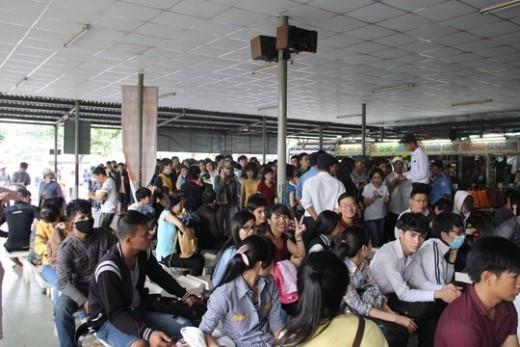 Nhiều người xếp hàng đợi mua vé xe