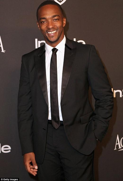 Anthony Mackie trông cực kì bảnh bao trong bộ vest đen