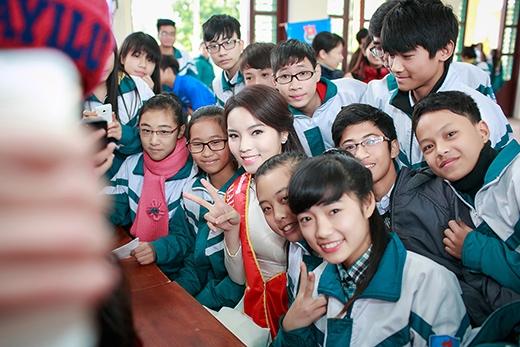 Hoa hậu Kỳ Duyên cũng nhận được nhiều cảm của học sinh. - Tin sao Viet - Tin tuc sao Viet - Scandal sao Viet - Tin tuc cua Sao - Tin cua Sao