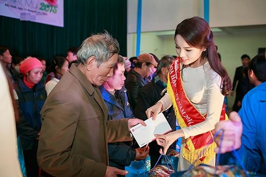 Các người đẹp đại diện trao tặng 236 suất quà cho các hộ nghèo huyện Lương Tài - Bắc Ninh. - Tin sao Viet - Tin tuc sao Viet - Scandal sao Viet - Tin tuc cua Sao - Tin cua Sao