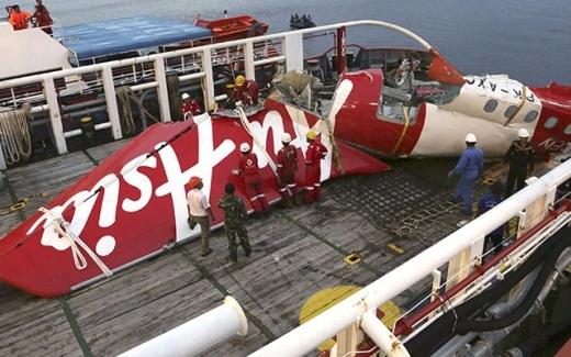 Một mảnh vỡ máy bay đã được trục vớt.