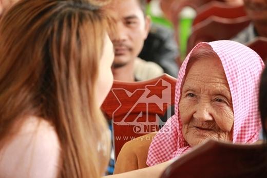 Mỹ Tâm lắng nghe, trò chuyện cùng các cụ già - Tin sao Viet - Tin tuc sao Viet - Scandal sao Viet - Tin tuc cua Sao - Tin cua Sao