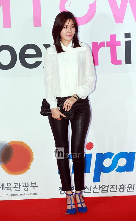 Kim Ha Neul xinh đẹp, thanh tú khi diện bộ cánh kết hợp 2 màu đen - trắng