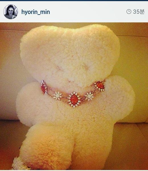 Vào một ngày khác, Min Hyo Rin đã đăng tải một bức ảnh thú nhồi bông không có mắt, mũi, môi. Sau đó, fan đã phát hiện ra cô ấy chụp tại concert của Taeyang, nhưng rồi cô cũng xóa tấm hình này một lần nữa.