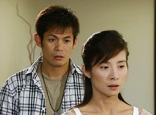 Còn Triết Minh chỉ có thể bất lực nhìn vợ rời đi khỏi vòng tay của mình