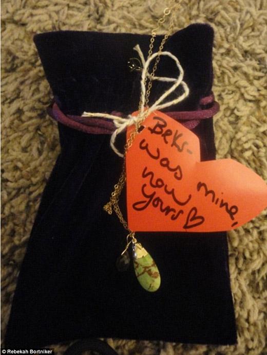 Beks - đã từng là của tôi, giờ là của bạn - Taylor gửi lời nhắn nhủ ngọt ngào về chiếc dây chuyền cũ của mình