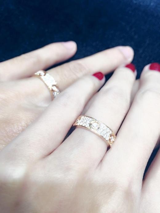 Mới đây trên trang cá nhân của mình, Thủy Tiên đăng hình nhẫn cưới của cô với Công Vinh cùng dòng chia sẻ: Nắm tay và đi hết cuộc đời. Bức hình nhanh chóng nhận được nhiều lượt yêu thích, người hâm mộ cũng gửi lời chúc phúc đến cặp đôi Vic - Beck của Việt Nam.