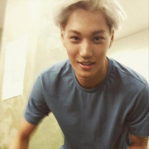 Chanyeol đăng tải hình Kai lên trang cá nhân và chúc mừng anh chàng sinh nhật vui vẻ, anh viết: Mặc dù hình này là của cậu, mặc quần của cậu. Chúc mừng sinh nhật nhé người anh em, Jong In.