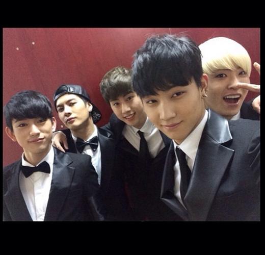 Jackson khoe hình GOT7 tham dự GDA với 5 thành viên khi Yugyeom và Bam Bam gặp trục trặc visa nên không thể tham gia cùng nhóm.