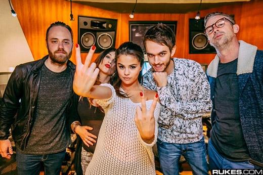 Justin Bieber tức giận khi Selena quấn quít cùng bạn thân