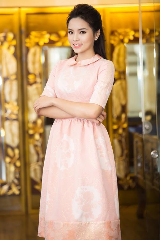 Bộ váy có tông màu hồng pastel đã làm nổi bật làn da trắng sáng của Kỳ Duyên. - Tin sao Viet - Tin tuc sao Viet - Scandal sao Viet - Tin tuc cua Sao - Tin cua Sao