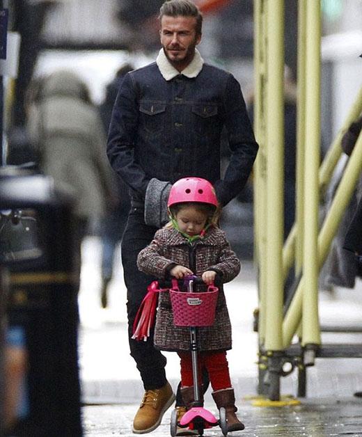 Cô bé Harper khá thích thú với chiếc scooter của mình