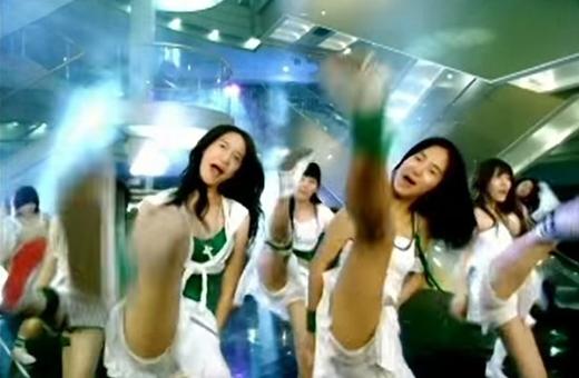 ... đến động tác đá chân huyền thoại không khác gì vũ đạo trong ca khúc Into The New World
