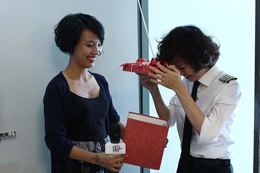 Cô nàng tóc ngắn thường diện đồng phục có đôi phần nam tính chính là khán giả may mắn, nhận được món quà bất ngờ tuần này từ Thùy Minh và Một ngày mới