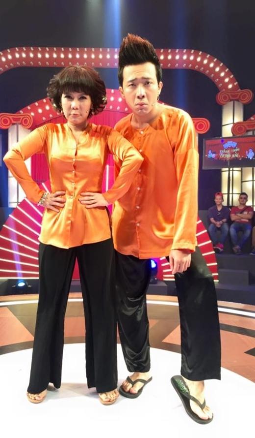 Trấn Thành và Việt Hương diện đồ màu cam cùng dòng chia sẻ hài hước :Bận vậy không phải khoe giàu.Bận vậy để biết màu nào là cam.