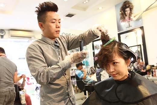Mái tóc ngắn trước đây của cô nàng được chuyên gia tạo mẫu tóc từ Một ngày mới làm đẹp hơn nữa.