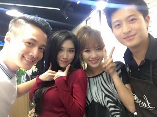 Ngô Kiến Huy, Khổng Tú Quỳnh, Hari Won cùng nhau đến ủng hộHarry Lu mới khai trương quán ăn. Cả trong phim lẫn ngoài đời họ đều là một đội không thể tách rời.
